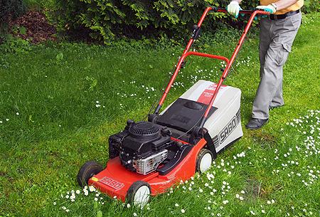 Handrasenmäher dienen zum Mähen von kleineren Rasenflächen und Bereichen die für unseren Rasentrac nicht befahrbar sind.